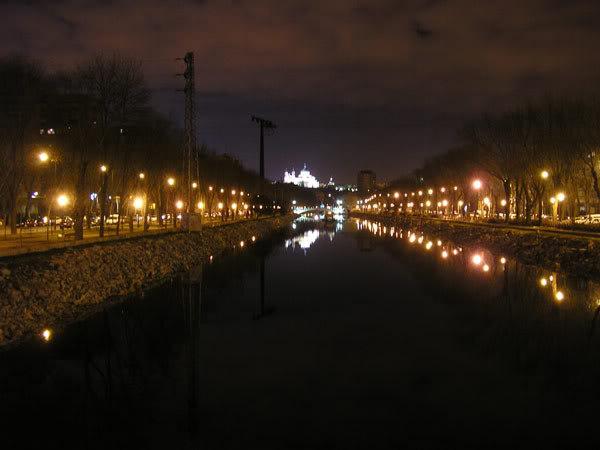 El Rio Manzanares con la Catedral de la Almudena al fondo